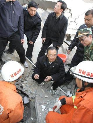 Chinese Premier Wen Jiabao (C) inspects rescue work in Yushu, northwest China's Qinghai Province, April 15, 2010. Wen arrived here on Thursday to inspect the disaster relief work and visit quake-affected local people. (Xinhua/Fan Rujun)
