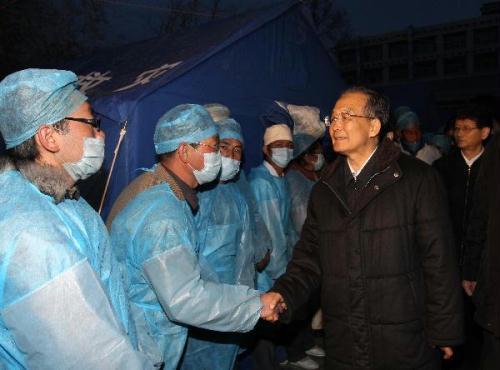 ChinesePremierWenJiabao(R)visitsmedicalworkersinYushu,northwestChina'sQinghaiProvince,April15,2010.WenarrivedhereonThursdaytoinspectthedisasterreliefworkandvisitquake-affectedlocalpeople.(Xinhua/FanRujun)