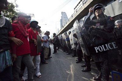 Anti-governmentprotestorsfaceoffagainstBangkokpoliceFridaymorning,April23,2010,inBangkok,Thailand.(APPhoto/DavidLongstreath)
