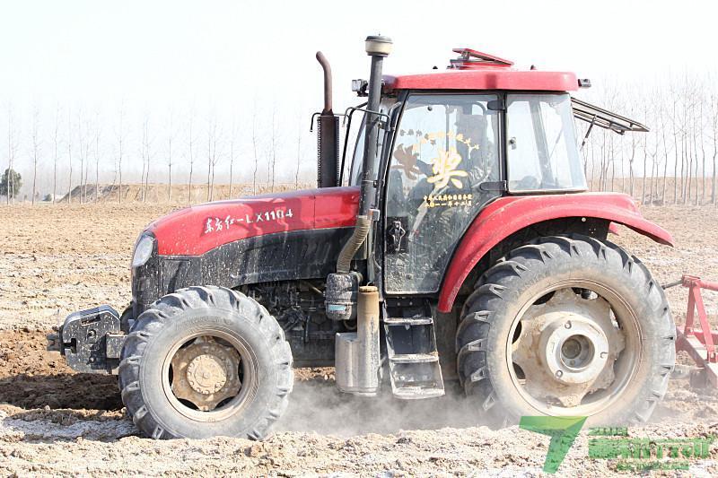 这是国务院表彰给吴哲的一台崭新 东方红 牌1104新型拖拉高清图片