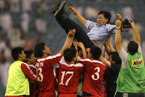 队员高举教练欢呼庆祝
