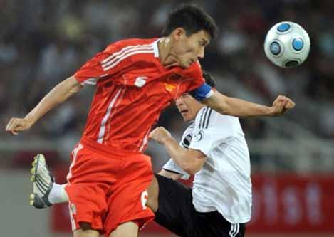 5月29日晚,中国男足在上海八万人体育场迎战德国队,最终凭借蒿俊闵开场阶段的进球,1比1战平强大的德国。