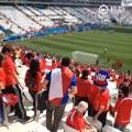 #我是球迷#阳光午后,智利vs荷兰赛前,热身的智利队员特意走到智利球迷聚集的看台前向他们示意。@华阳彩票