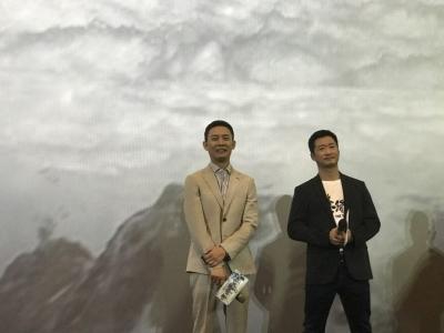 《攀登者》主演吴京(右)、张译亮相。
