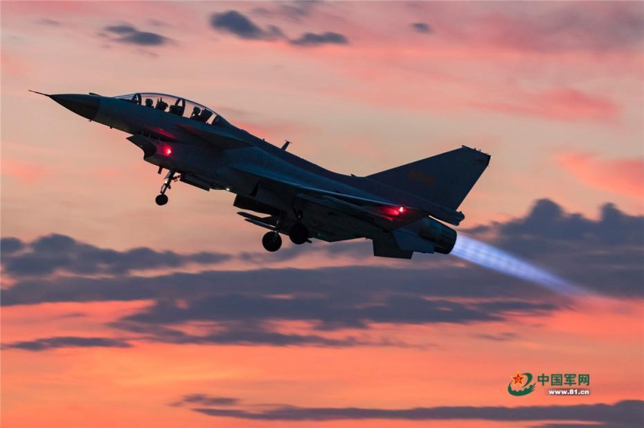 北部战区战机跨昼夜飞行训练 感受光影交织之美