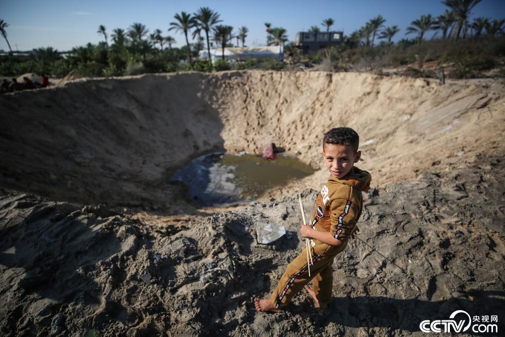 以色列空袭加沙地带_以色列战机空袭加沙地带留下巨大弹坑 – 铁血网