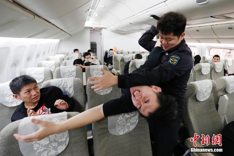 東航空保藍盾組開展客艙處置突發事件演練