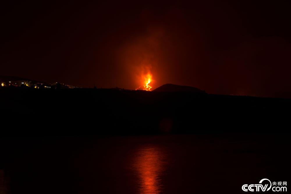 西班牙拉帕尔马岛火山持续喷发