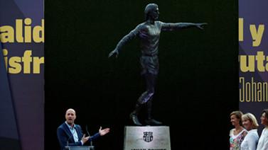 [图]诺坎普球场外克鲁伊夫雕像揭幕 普约尔出席