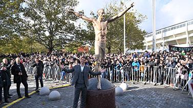 [图]伊布雕塑在马尔默揭幕 本人出席活动