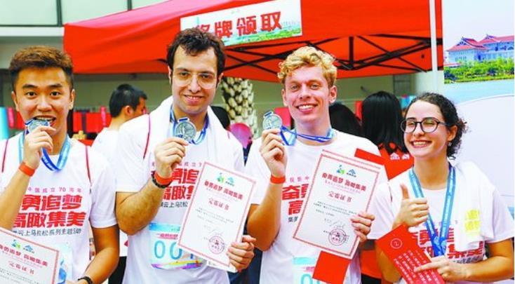 選手登頂后開心曬出證書和獎牌。