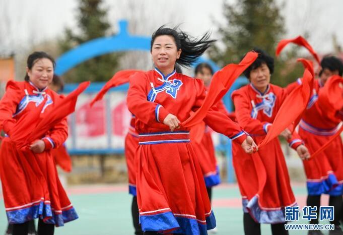 4月17日,内蒙古兴安盟科尔沁右翼中旗巴彦敖包嘎查的村民在乡村文化广场跳安代舞。新华社记者 彭源 摄