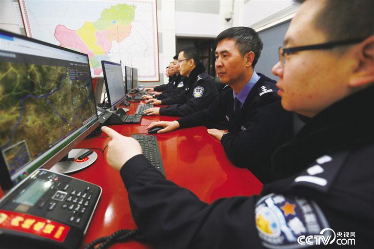 赵永前听取支队研发地图系统介绍。