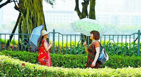 昨日厦门晴热,骄阳似火,行人撑起遮阳伞