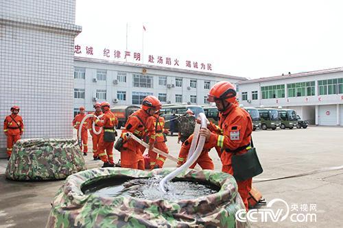 4月23日,成都森林消防大隊開展訓練。(徐輝 攝)
