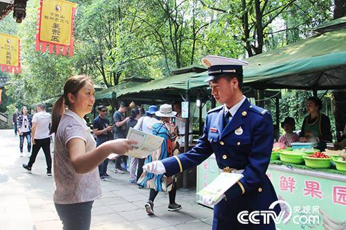 成都森林消防大隊青城山靠前駐防分隊森林消防員在景區內巡邏,宣傳森林防火知識。(徐輝 攝)