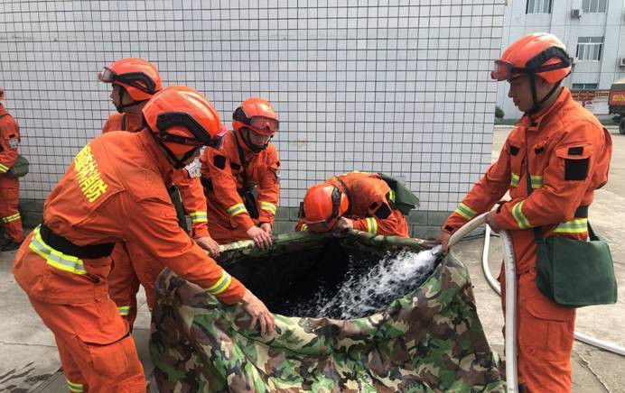 成都森林消防大队消防指战员进行消防救援实战演练