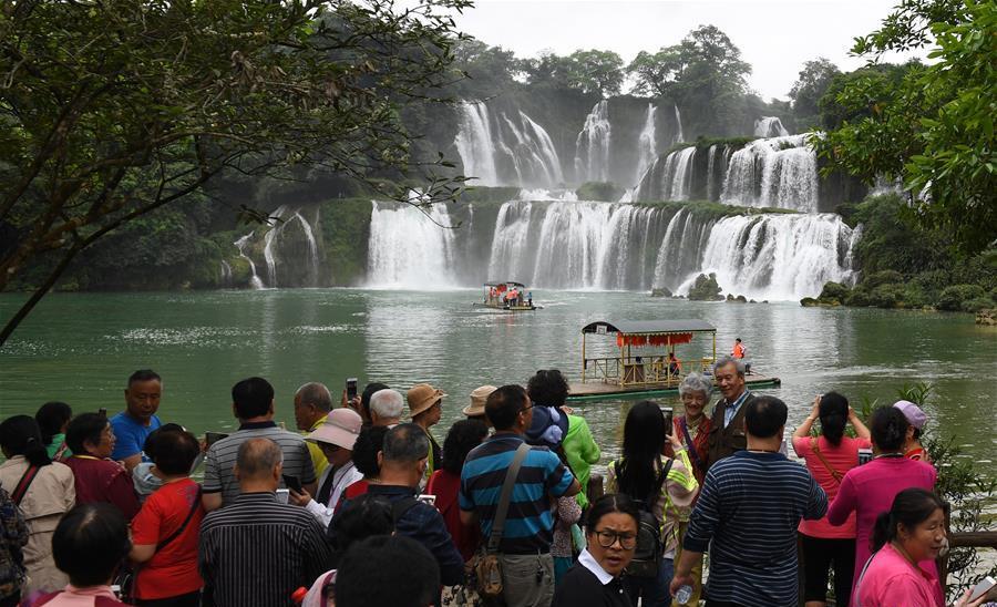 游客在广西大新县德天瀑布景区观光