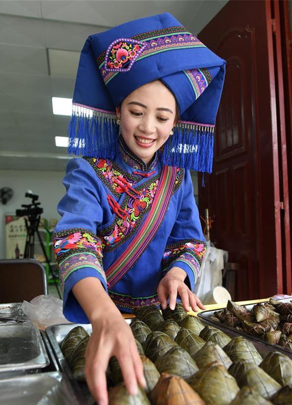 广西靖西市鹅泉景区工作人员在摆放粽子等待游客