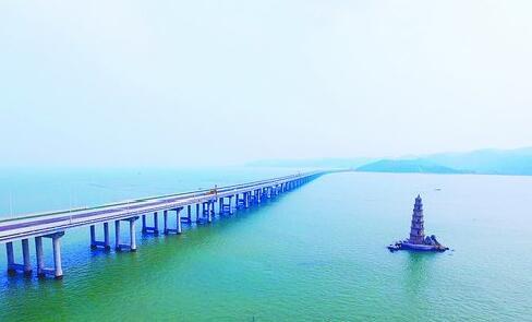 """从漳江湾特大桥桥上可看到海中塔""""石矾塔""""。"""