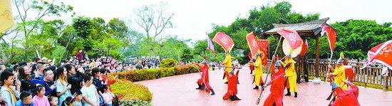 昨天上午,在胡里山炮台举行的精彩演出吸引众多市民游客观看。