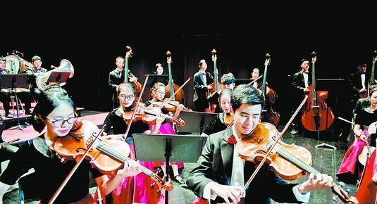 音校乐团在演奏。