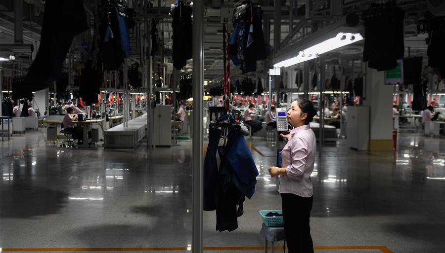 工人在雅戈尔集团西服智能工厂进行西装配对流程