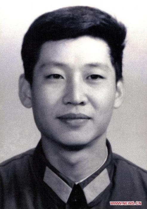 這是1979年,在中央軍委辦公廳工作時的習近平