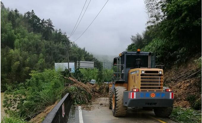 沙县公路分局铲车正在清理山体滑坡