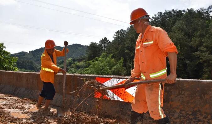 华安公路人在清理路面泥浆 华安分局供图