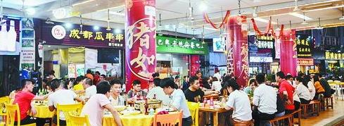 晚上九点左右的明发商业广场,即便是连续的雨天,吃夜宵的食客依然不少。