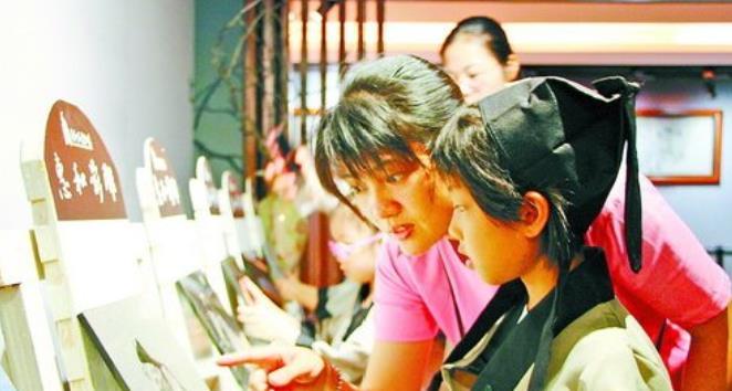 孩子与家长来到惠和石文化园,参观中华石文化长廊。