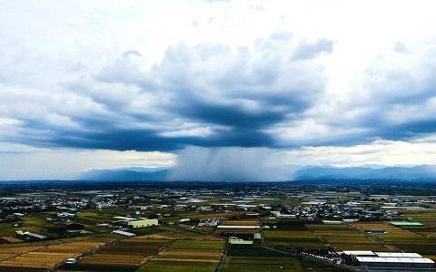 """水上乡上空出现难得一见""""雨瀑""""奇景,场面相当壮观。(图片来自台媒)"""