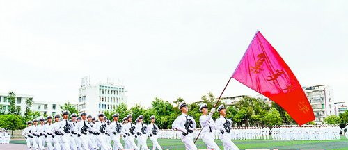 航海學子身穿白色制服、英姿颯爽