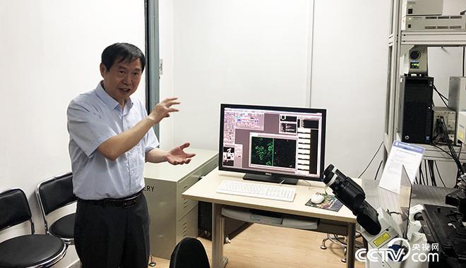 (康振生院士在实验室里讲解农业科研 央视网记者 弟辰晨/摄)