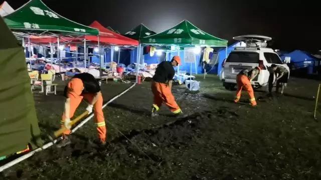消防救援队员们挖排水沟