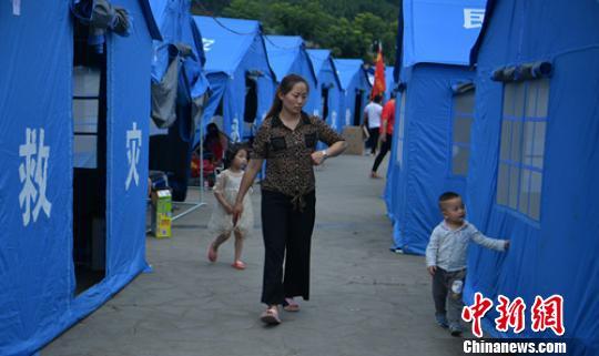 震区安置点的民众和孩子。
