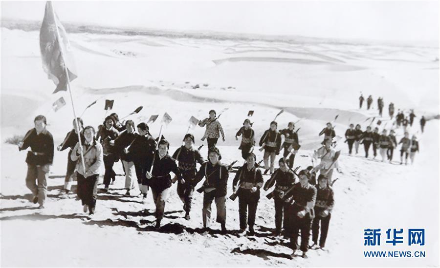 1977年秋,陕西省榆林市补浪河女子民兵治沙连的民兵们向沙漠进军(资料照片)。 新华社发