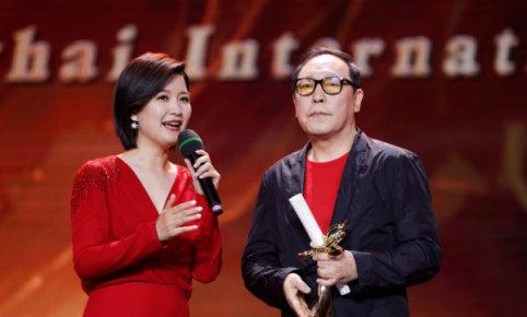 """(6月14日,第25届上海电视节落下帷幕,获得""""最佳男主角""""的倪大红(右)发表感言。)"""