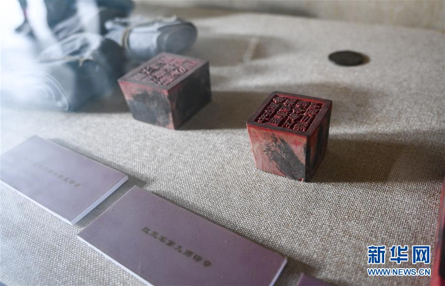 这是7月17日拍摄的重庆市酉阳县南腰界镇红三军司令部旧址内陈列的红三军使用过的印章。 新华社记者 刘潺 摄