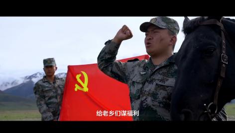 中间牵马者为尼都塔生(图片截取自人民视频《骑兵日记》)