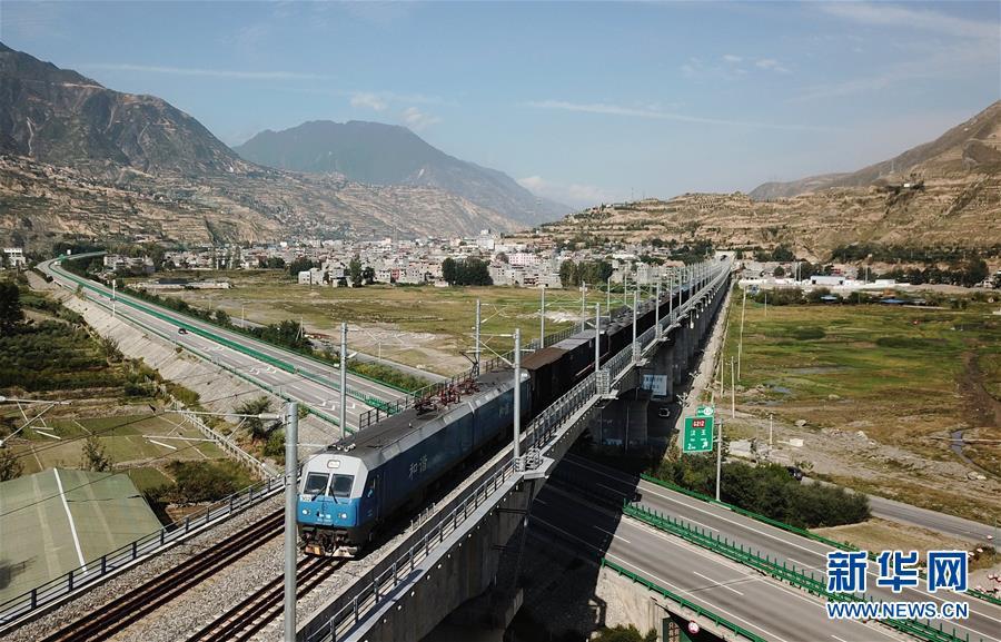 一列货车从兰渝铁路甘肃陇南境内的汉王特大桥上驶过(2018年9月29日无人机拍摄)。新华社记者 陈斌 摄