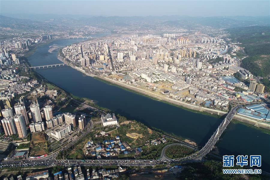 汉江从陕西安康市穿城而过(4月7日无人机拍摄)。 新华社记者 邵瑞 摄
