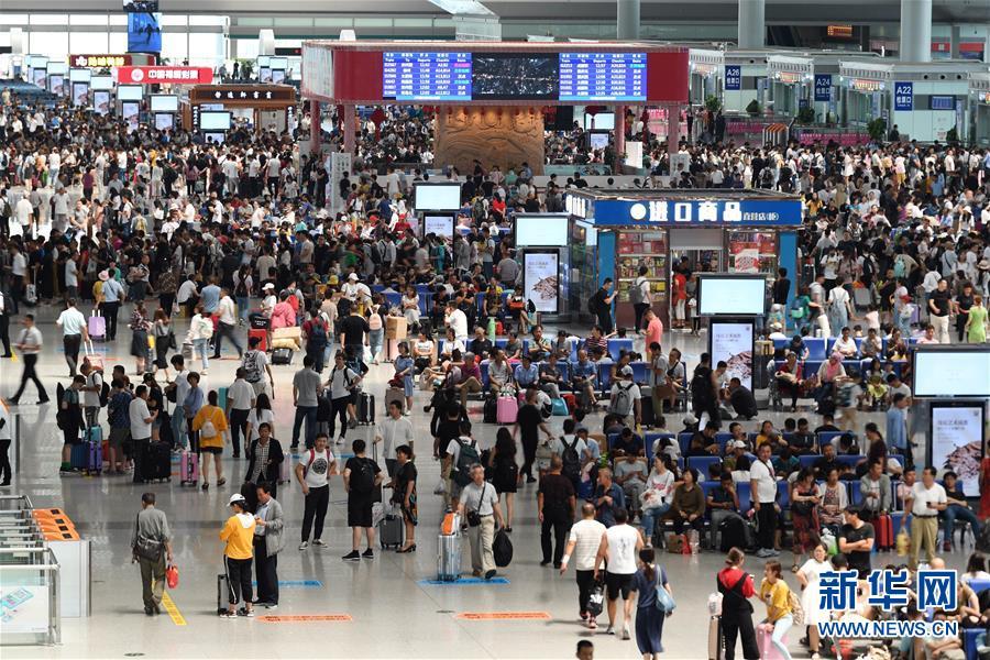 乘客在西安北站候车大厅候车(7月1日摄)。 新华社记者 张博文 摄