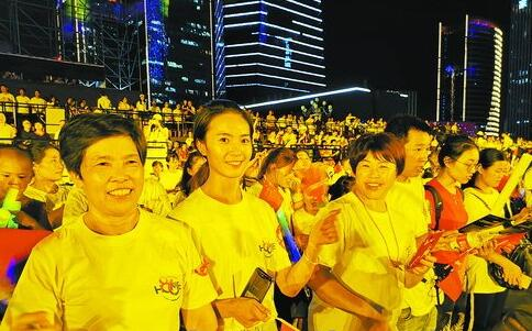 家政员聚集在集美新城观看演出,欣赏焰火秀。