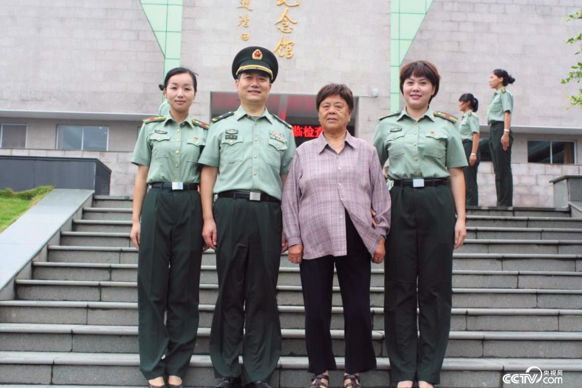 第一代女子民兵连连长汪月霞(右二)(图片由温州市网信办提供)