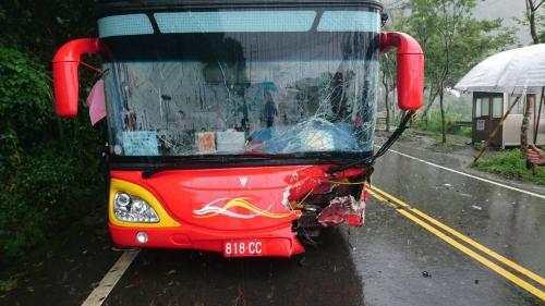 一辆载18名大陆旅游团成员的游览车中午在嘉义县阿里山公路78公里,竹崎乡十字村路段,与休旅车发生碰撞车祸。(图片来源:消防部门)