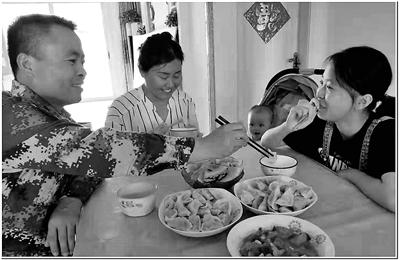 温海涛与丁芳一家人。