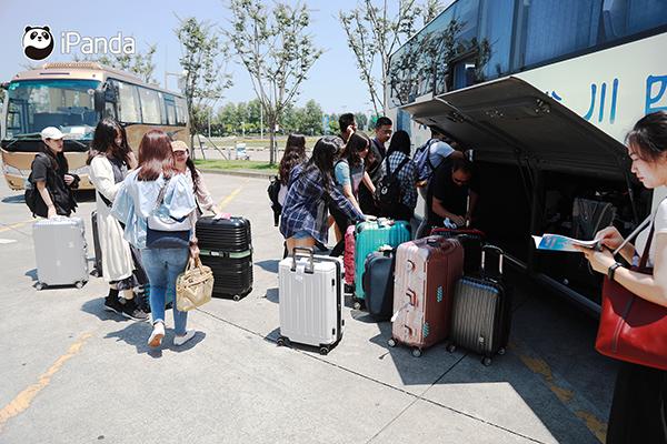 来自大陆和台湾的32名大学生如约抵达四川成都