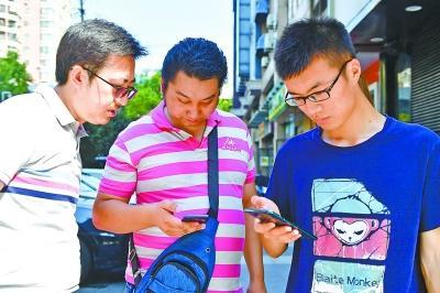 昨日 , 邹师长教师正在手艺职员的帮忙下体验5G收集